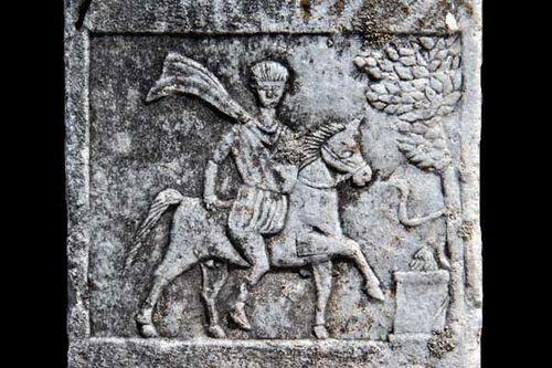 842i2 stèle d'un cavalier thrace