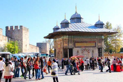 884b2 Devant Topkapi, fontaine d'Ahmed III