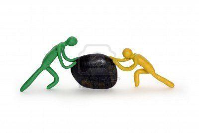dos-hombres-empujando-la-piedra-negra.jpg