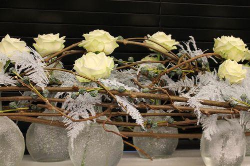 Lart de recycler des carafes pour composer une décoration de Noël tendance