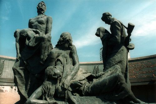 More-statues-at-memorial-to-the-siege-of-Leningrad.jpg