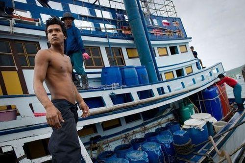180426 des-birmans-travaillant-sur-un-bateau-de-peche-le-1e
