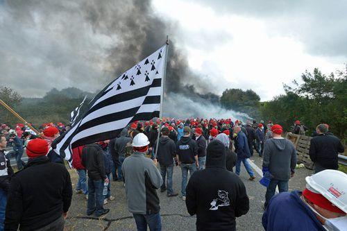 Ecotaxe-un-manifestant-a-eu-la-main-arrachee-lors-des-heurt.jpg