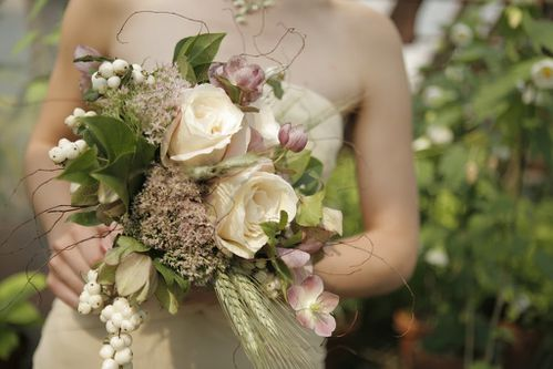Snowberry-Hellebores-Roses-Wheat-Bouquet-ClaireFolgerPhoto-.jpg