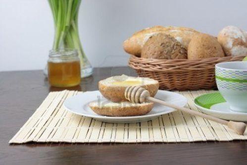 4685141-du-pain-frais-au-miel-tasse-de-cafe-et-green-apples.jpg