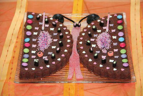 gâteau d'anniversaire pour enfant au chocolat en forme de papillon