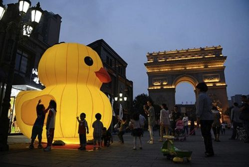 Fake rubber duck Jiaxing Arc de Triomphe