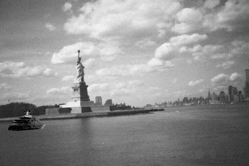http://idata.over-blog.com/3/18/86/31/2nde/Ellis-Island/Statue-of-Liberty-Manhattan.jpg