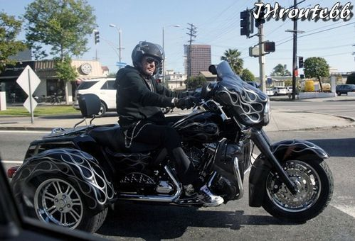 Rides Johnny Hallyday sa moto photo du 11.avril.2011 n2