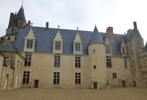 Durtal, le Château, la cour intérieure de face, vue de l'entrée