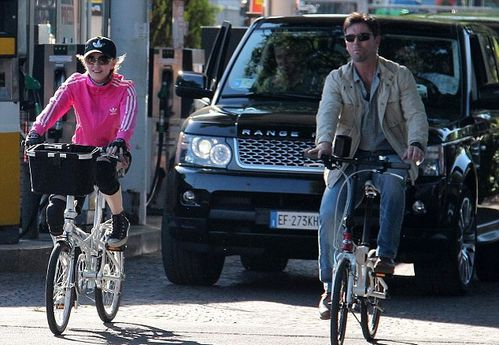 20120616-pictures-madonna-out-and-about-bike-florence-03.jpg