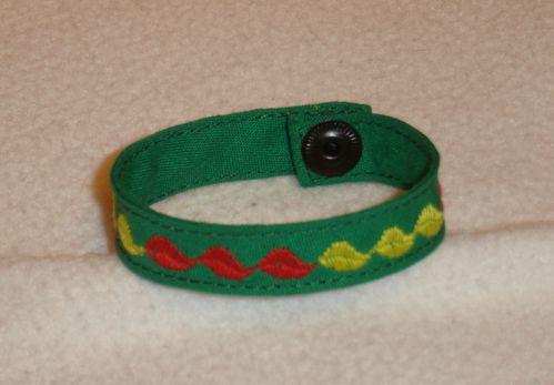 bracelet vert brodé de feuilles
