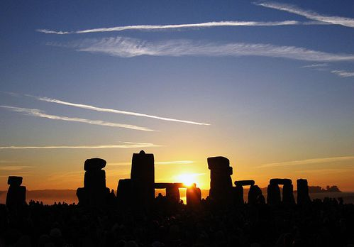 800px-Summer_Solstice_Sunrise_over_Stonehenge_2005.jpg
