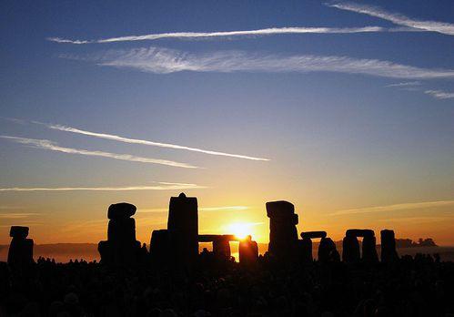 800px-Summer_Solstice_Sunrise_over_Stonehenge_2005.jpg