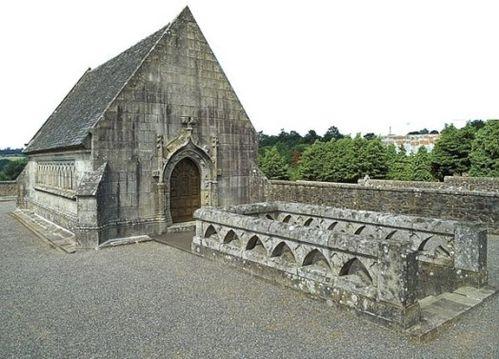 mausolee-de-lady-mond-belle-isle-en-terre.jpg