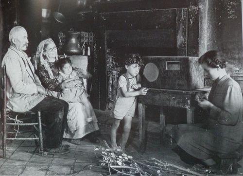 1943-ascolto-della-radio.JPG