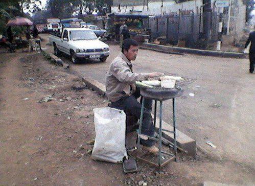 Chinois-vendant-les-beignets-a-douala-cameroun.jpg