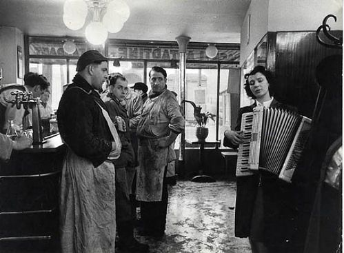 doisneau robert les tueurs melomanes the accordionist paris