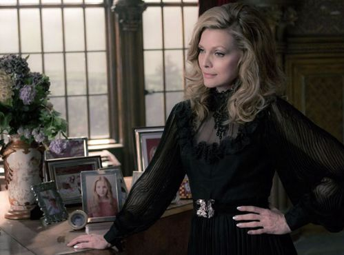 michelle-pfeiffer-dark-shadows