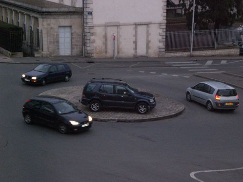 4X4-sur-rond-point.JPG