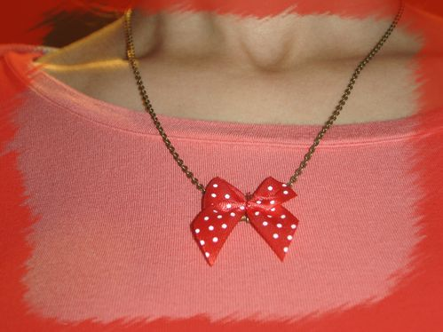 collier-noeud-rouge-a-pois.jpg