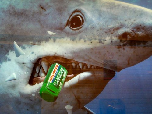 affiche métro Hollywood chewing-gum requin