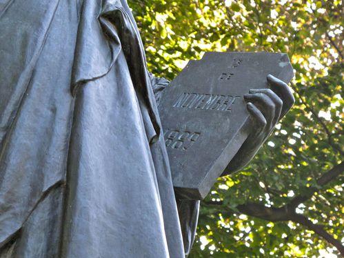 Trois statues de la libert et une flamme paris - Statue de la liberte jardin du luxembourg ...