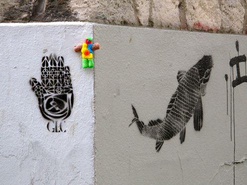 Bonhomme n°57 pochoir main poisson Montmartre rue Gabriell