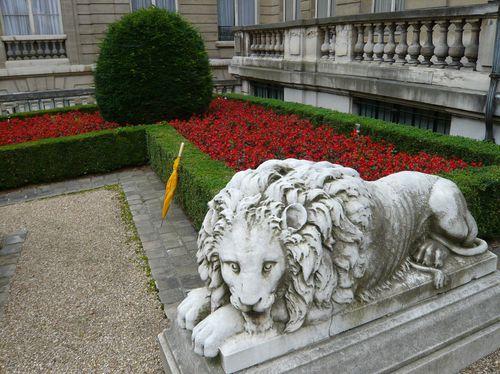 Paris--ete-2007-1174--Lion-et-parapluie-jaune--musee-jac.JPG