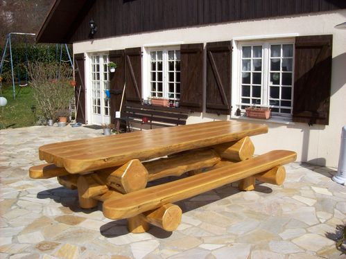 table de jardin en bois massifs cr ations en rondins bruts. Black Bedroom Furniture Sets. Home Design Ideas