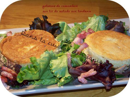Galette de fromage sur lit de salade aux lardons