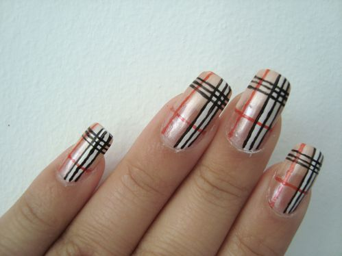 Nail art Burberry 1