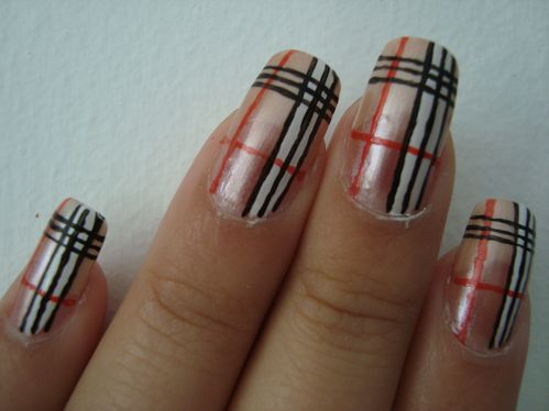 Nail art Burberry 2