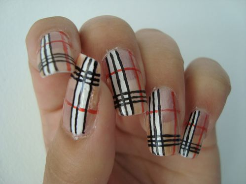 Nail art Burberry 3