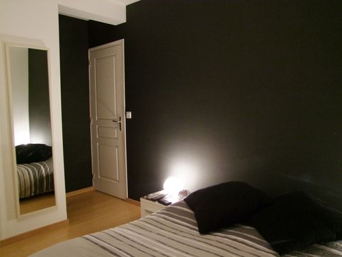 notre chambre papier peint noir paillet construction maison. Black Bedroom Furniture Sets. Home Design Ideas