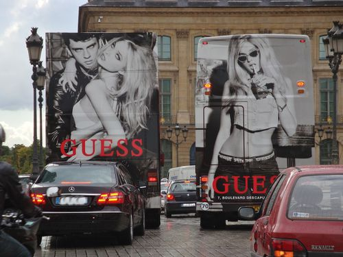 affiche gante bus Guess