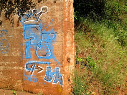 street-art tags campagne bauxite Bédarieux 7447