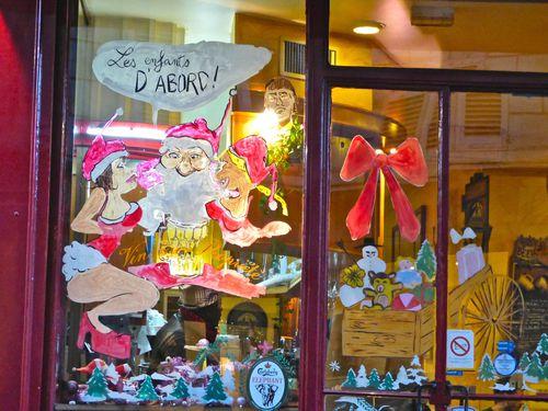 Père Noël en vitrine café 3