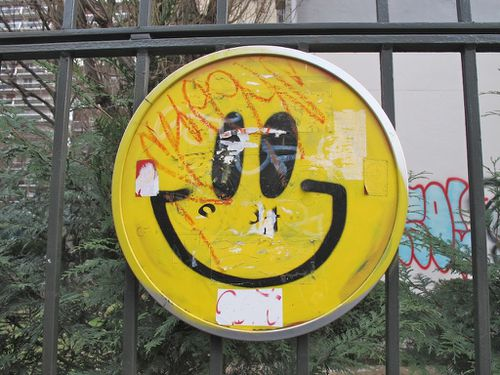 smiley street-art grille