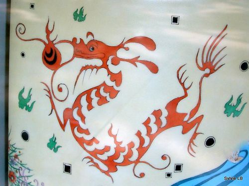 Dragon-de-mer-feuillu-sur-faience-vitrine-Paris