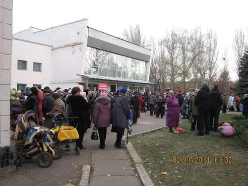 Republique-de-Donetsk---File-d-attente-a-Donetsk--Proleta.jpg