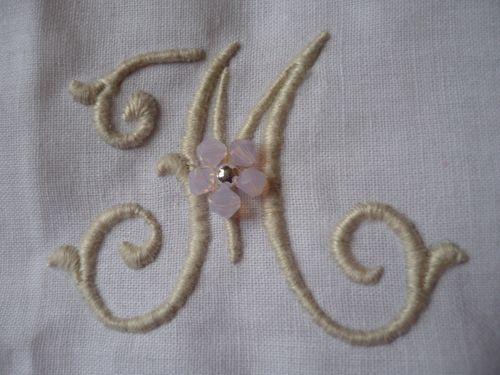 Monogramme plumetis pour coussin mariage