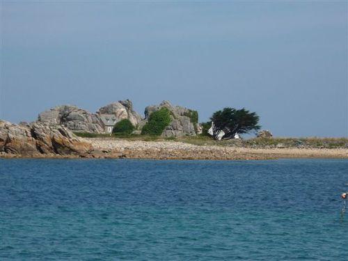 maison-entre-les-rochers-a-Plougrescant.jpg