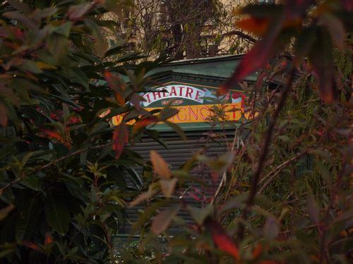 Théâtre de Guignol dans les feuilles - Jardin des Champs-