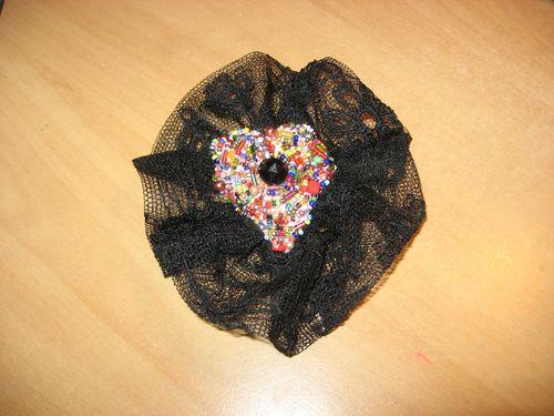 broche-coeur-perles-et-dentelle-noire.jpg