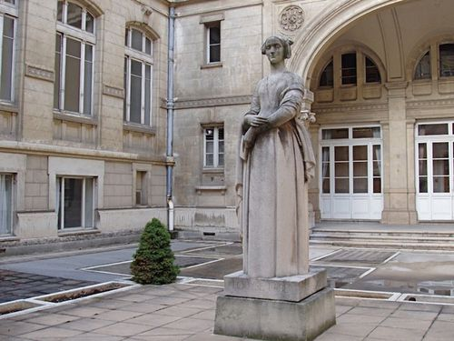 LOUISE LABEstatue