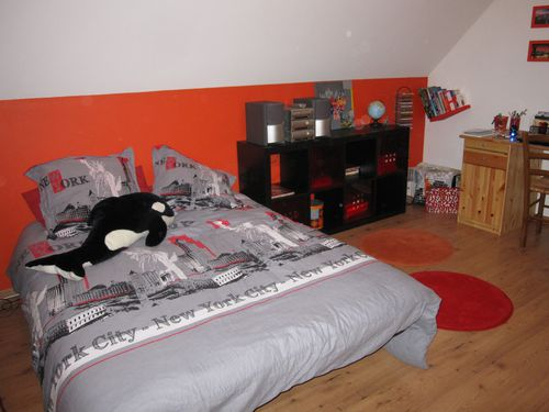 R am nager une chambre d 39 ado sur le th me new york du rouge du gris et du orange les for Chambre ado noir et orange