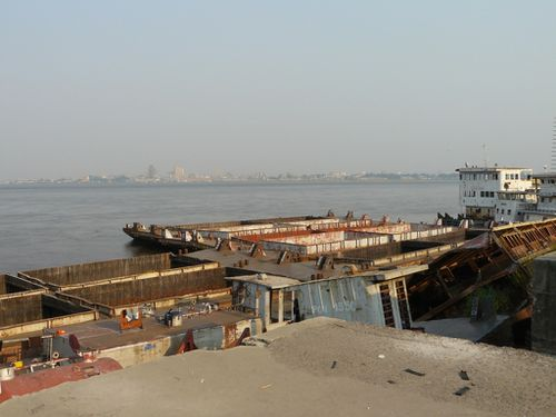 brazza-port-beach-barges