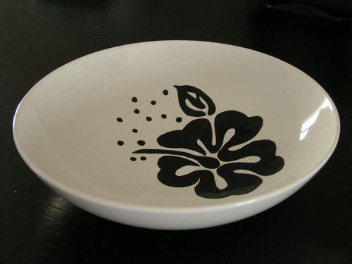 Peinture sur porcelaine fleur noire sur assiette blanche crealoutre deco for Peinture sur email