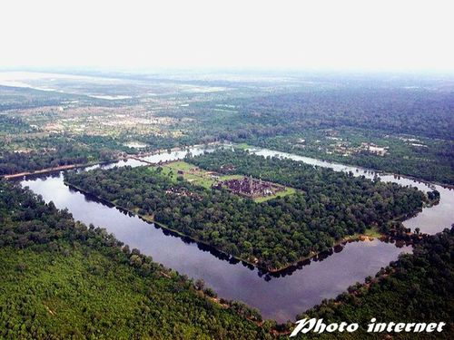 800px-Angkor-Wat-from-the-air